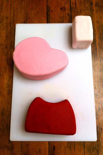 ICING-A-CAKE-WITH-FONDANT-ICING-Holly-Cooks-Peppa-pig-cake-body-parts