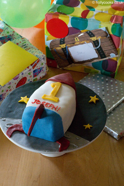 ICING-A-CAKE-WITH-FONDANT-ICING-Holly-cooks-birthday rocket-fruit-cake-400