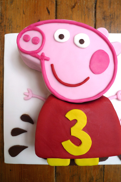 ICING-A-CAKE-WITH-FONDANT-ICING-Holly-cooks-peppa-pig-cake-finished-400