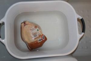 Курица принимает ванну
