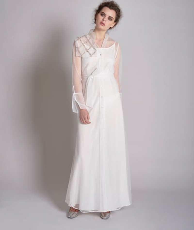 فستان أبيض بأكمام شفافة
