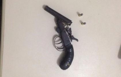 PM apreendeu revólver com dupla (Foto: Ubatã Notícias)