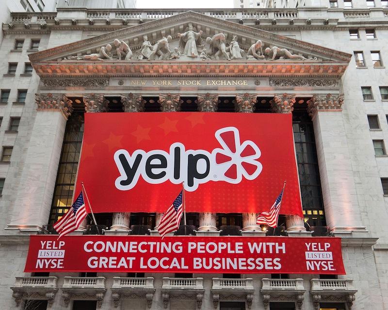 Yelp en la fachada del NYSE para su IPO