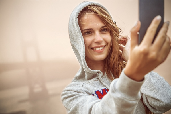 Woman Falls To Her Death Trying To Take A Selfie | Ubergizmo