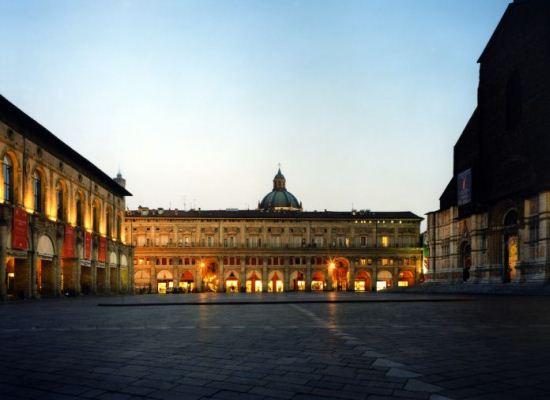 Piazza Maggiore a Bologna  foto e descrizione dei principali monumenti