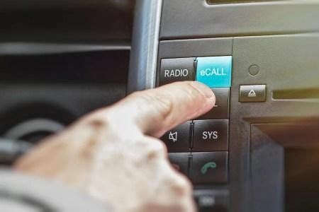 eCall samochód sam wzywa pomoc
