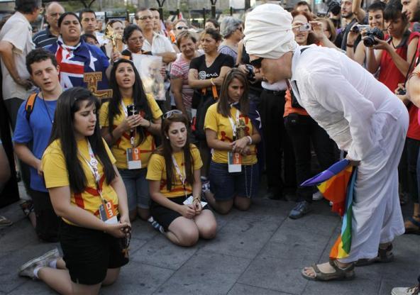 Omosessuale insulta pellegrini che pregano