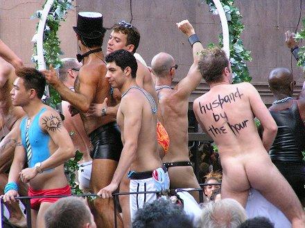 Risultati immagini per gay pride osceno