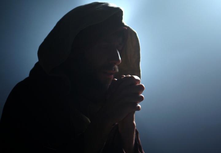 A photo illustrating Daniel praying.