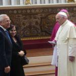 البابا فرنسيس مستقبلا الرئيس سليمان وقرينته في الفاتيكان أمس. (دالاتي ونهرا)