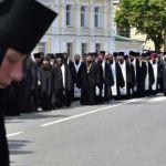 كهنة وراهبات من الكنيسة الأرثوذكسية الروسية في اوكرانيا خلال مأتم المتروبوليت فولوديمير في كييف في 7 تموز 2014. (و.ص.ف)