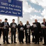 أساقفة من العالم يصلون عند حاجز ايرز بعد انتظار 6 ساعات لدخول غزة