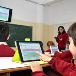 تلامذة في احدى مدارس مجموعة Eduvation يستخدم الـ Tablet خلال الدرس