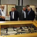 الوزير عريجي والسيد حسين وطعمة وزين الدين خلال الجولة على قسم المتحجرات في المتحف في الفنار. (ناصر طرابلسي)