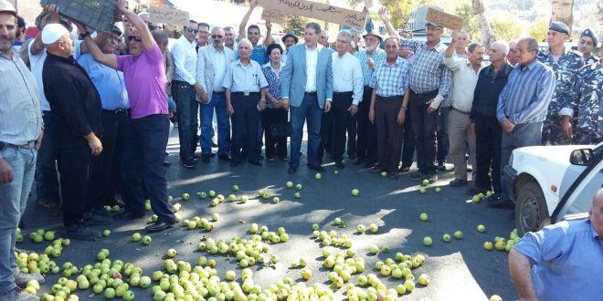 اعتصام لمزارعي التفاح في الشوف احتجاجا على عدم تصريف المحصول