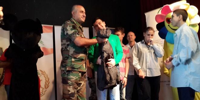 توزيع معاطف وحقائب مدرسية لطلاب المدرسة اللبنانية للضرير والاصم في اطار برنامج التعاون العسكري المدني