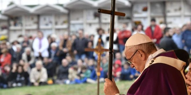 البابا فرنسيس يزور مقبرة لاورنتينو في روما بمناسبة تذكار الموتى المؤمنين