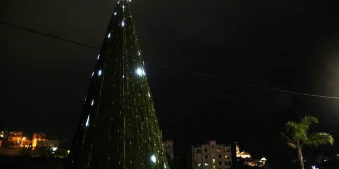 بلدية بقسطا رفعت شجرة ميلادية عملاقة وزينت الشوارع