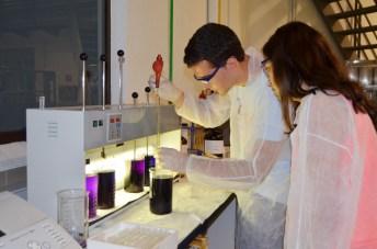 Dos preuniversitarios realizan una práctica en la planta piloto de Ingeniería Química