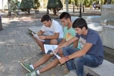 Tres estudiantes en el Campus de Ciudad Real, durante el tiempo de descanso