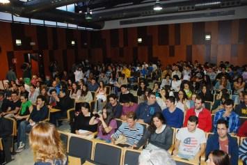 Los estudiantes llenaron el Aula Magna para escuchar al arquitecto