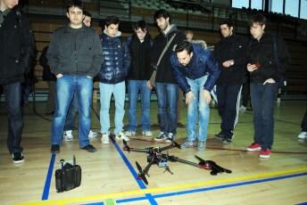 Observando uno de los drones