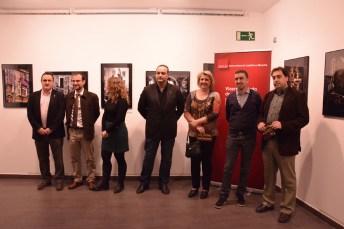 La vicerrectora María Ángeles Zurilla, junto a los fotógrafos de la exposición