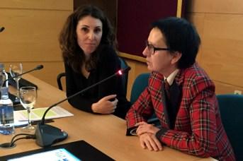 La profesora Mayte Bejarano -izquierda- y la decana de Educación, Rosario Irisarri