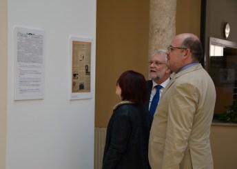 La exposición incluye libros de viajes, periódicos y fotografías
