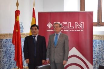 Zhou Chuangbing, rector de la Universidad de Nangchang, junto a Miguel Ángel Collado, rector de la UCLM