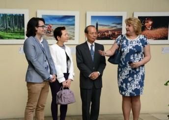 La vicerrectora con el embajador y otros representantes de la UCLM y de la Oficina Cultural de Taipei