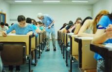 Un profesor resuelve una duda en el Campus de Cuenca