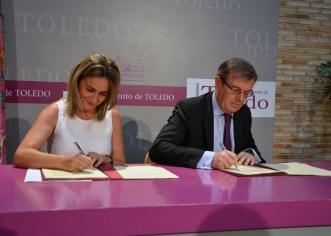 El rector y la alcaldesa durante la firma del acuerdo
