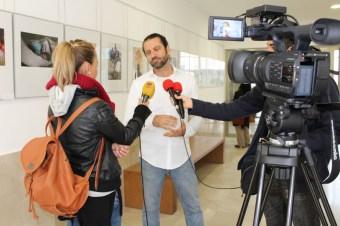 Héctor Boix atiende a los medios antes de la inauguración de la exposición