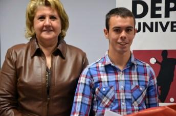 La vicerrectora de Cultura y Extensión Universitaria con el atleta toledano Ángel Ronco, participante en los Campeonatos de España Universitarios 2015