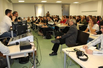 Alumnos de la Facultad de Periodismo asisten a la charla