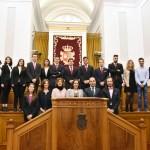 Foto de familia de todos los participantes con los miembros del jurado y la vicerrectora