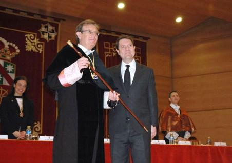 El rector de la UCLM recibe el bastón de manos de García Page