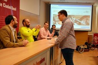 Gustavo Molina entrega una medalla a un estudiante