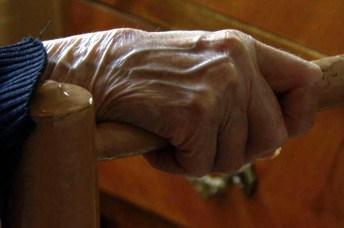 Detalle de la mano de Carmen agarrando la silla. Foto de Auntie Films