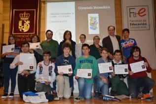 Foto de familia de los premiados, con autoridades académicas y organizadores