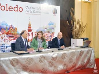 La concejala de Turismo, el profesor Antonio Mateos y Carlos Falcó