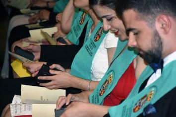 Graduados en Fisioterapia con sus becas y diplomas