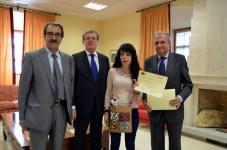 Isabel González, estudiante, recoge su diploma