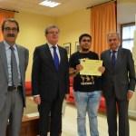 Luis González, estudiante, recoge su diploma