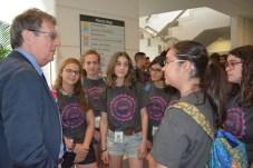 El rector de la UCLM conversa con varios alumnos
