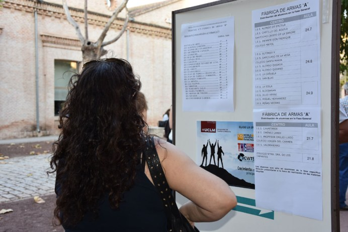 Una alumna comprueba el aula designada en el Campus de Toledo