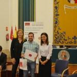 Un alumno recoge su diploma arropado por la vicerrectora de Transferencia e Innovación  y la alcaldesa de Ciudad Real