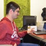 Francisco Murillo consulta unos apuntes en su ordenador