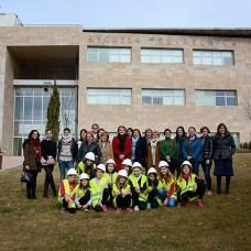 Foto de grupo de las investigadoras del Campus de Cuenca, junto a un grupo de niñas
